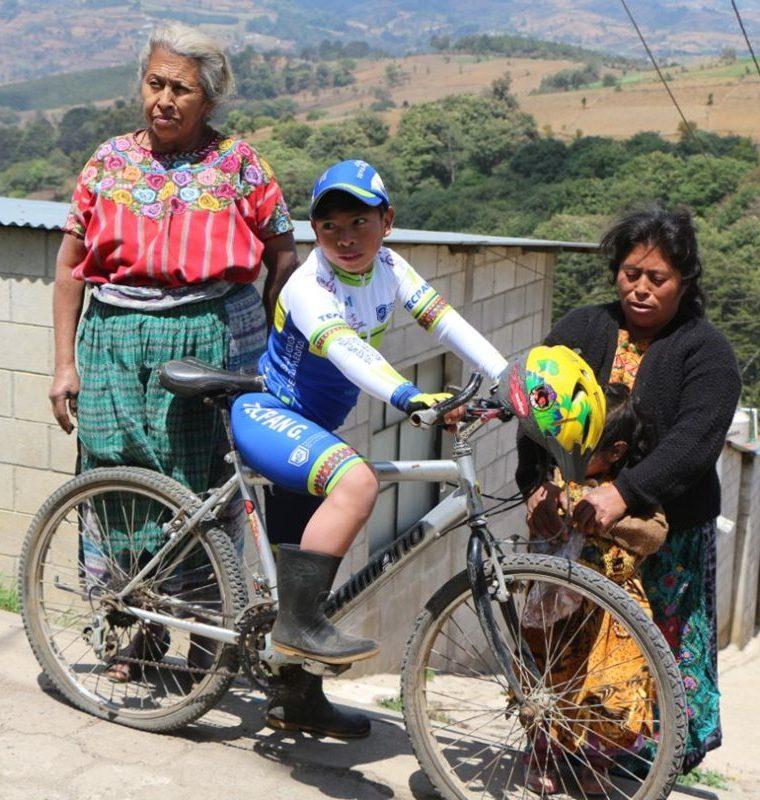 Édgar Estuardo posa con su abuela Zoila, su madre Cecilia y su hermanita. (Foto Prensa Libre: Cortesía Nery Ajsivinac, Fedeciclismo)