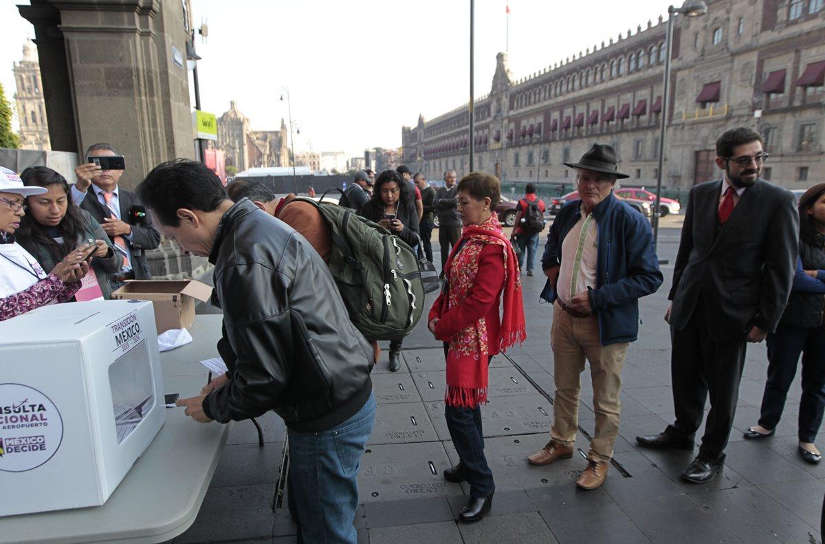 El jueves pasado, los mexicanos acudieron a urnas instaladas en diferentes puntos de Ciudad de México (México) para votar sobre el futuro del Nuevo Aeropuerto Internacional de México (NAIM). (Foto Prensa Libre: EFE)