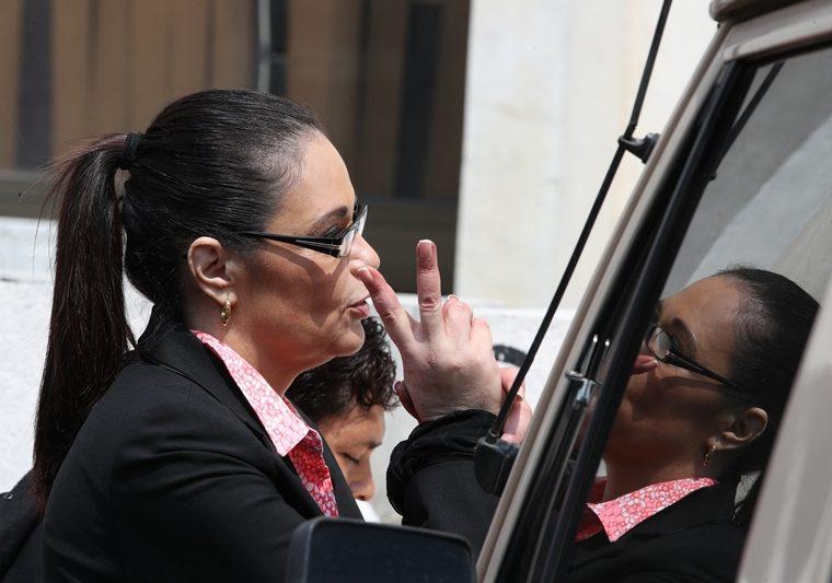 La ex vicepresidenta Roxana Baldetti en las afueras de la Torre de Tribunales, este jueves. (Foto Prensa Libre: Paulo Raquec).
