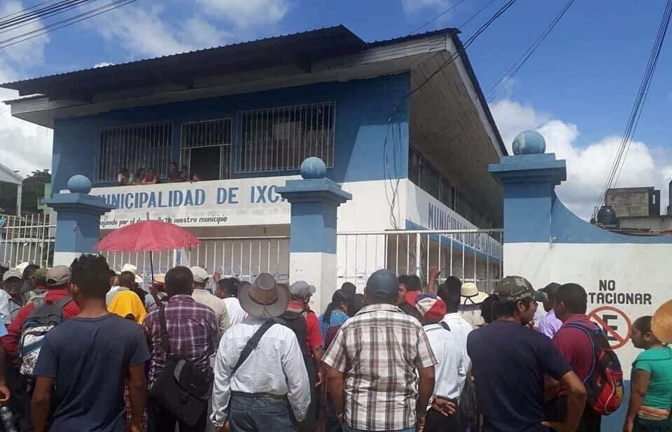 Vecinos de Ixcán se manifiestan frente a edificio municipal. (Foto Prensa Libre: Joel Pérez).