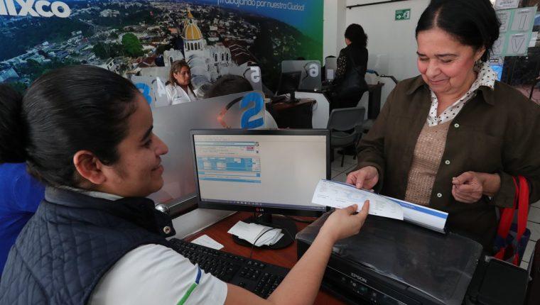 Vecinos de Mixco hacen el pago del IUSI en el edificio municipal, en la zona 1. (Foto Prensa Libre: Estuardo Paredes)