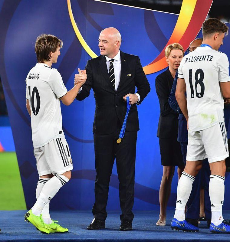Luka Modric recibe su medalla como campeón del mundial de clubes. (Foto Prensa Libre: AFP)