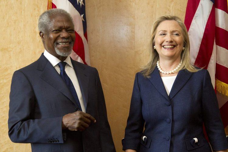 Kofi Annan junto a la entonces Secretaria de Estado Hillary Clinton, el 30 de junio de 2012.