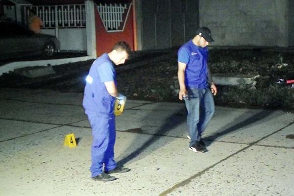 Investigadores buscan evidencias en el lugar donde murió baleada Ismelda Fuentes, en Puerto Barrios. (Foto Prensa Libre: Edwin Perdomo)