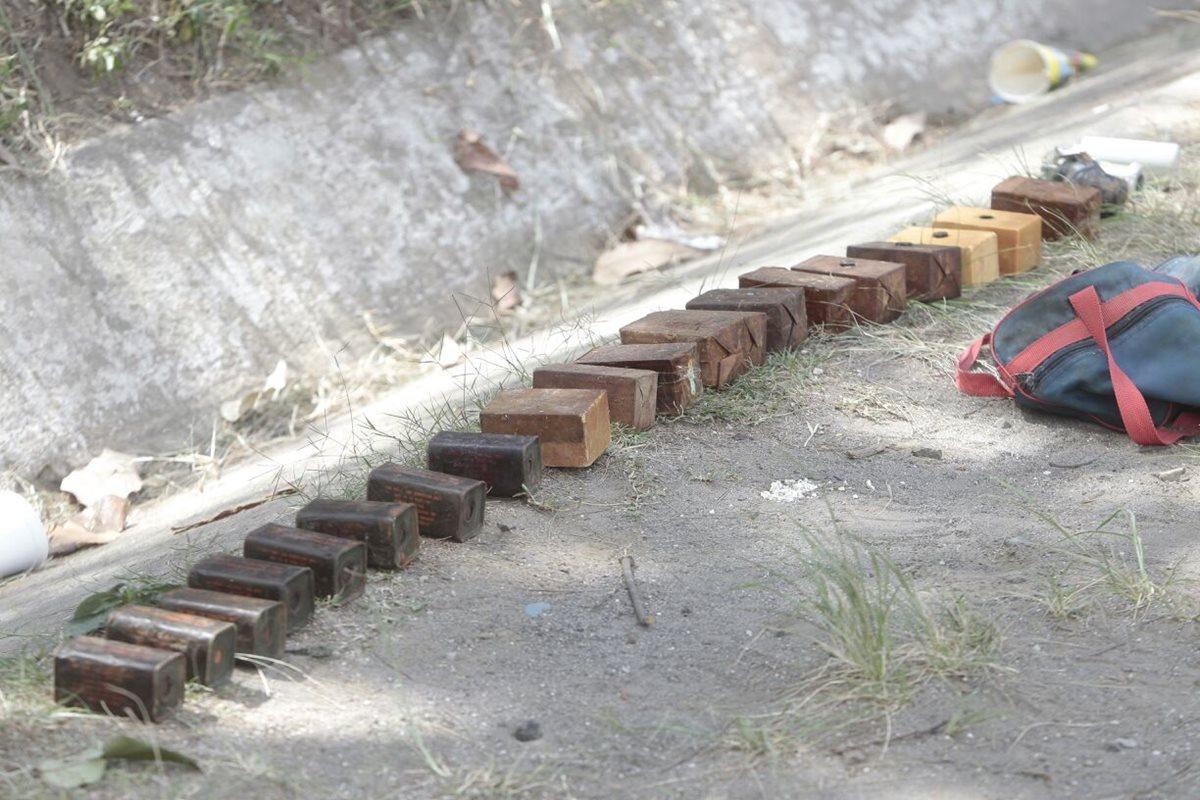 Dentro de una mochila a la orilla de la carretera fueron localizados los explosivos. (Foto Prensa Libre: Érick Ávila)