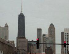 El edificio Hancock (a la izquierda, con dos antenas grandes) es el cuarto rascacielos más alto de Chicago. GETTY IMAGES