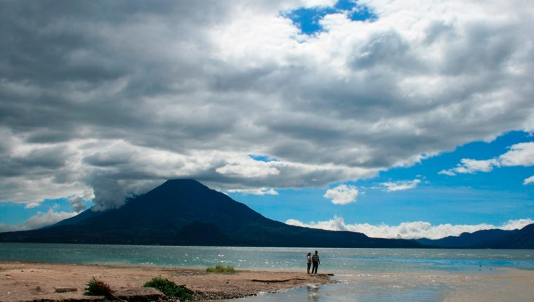 El Lago de Atitlán es una zona turística rica en la cultura maya. (Foto Prensa Libre: AP)