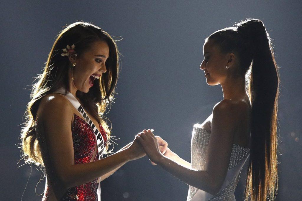 Catriona Gray de Filipinas y Tamaryn Green de Sudáfrica, esperan el anuncio de la nueva Miss Universo 2018