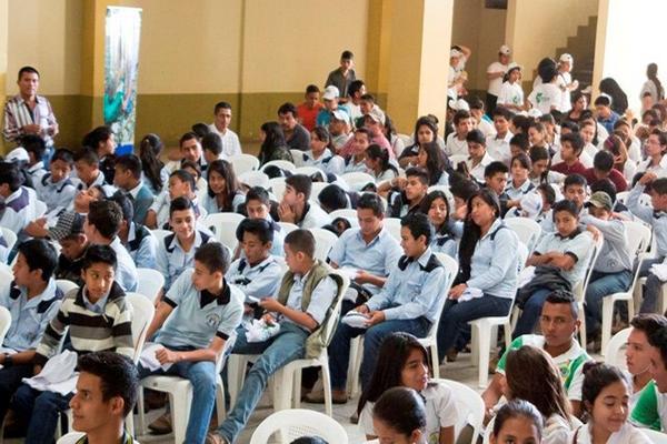 """Estudiantes participan en la actividad efectuada por el ministerio de Ambiente, en Salamá. (Foto Prensa Libre: Carlos Grave) <br _mce_bogus=""""1""""/>"""