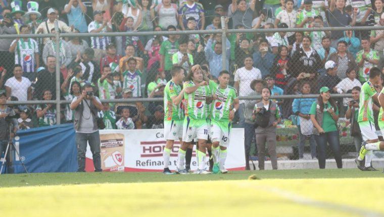 Agustín Herrera festeja con sus compañeros y aficionados, después de anotar el gol del pase a la final. (Foto Prensa Libre: Francisco Sánchez)