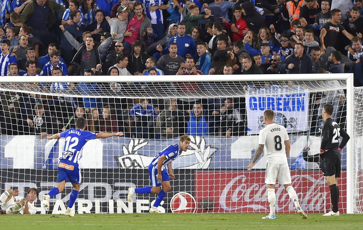 Manu anotó el gol de la victoria para el Alavés que ahora es colíder de La Liga junto al Barcelona y el Real Madrid. (Foto Prensa Libre: AFP)