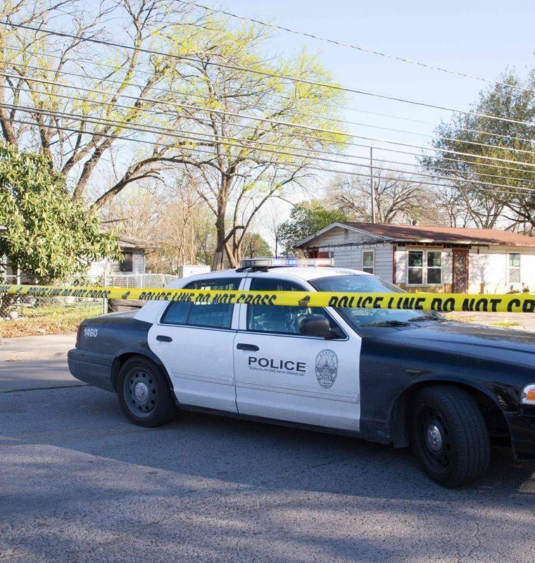 La escena la Policia investiga cerca de la calle Galindo en Austin, Texas, donde una mujer de 70 años resultó herida en una explosión. (AFP).