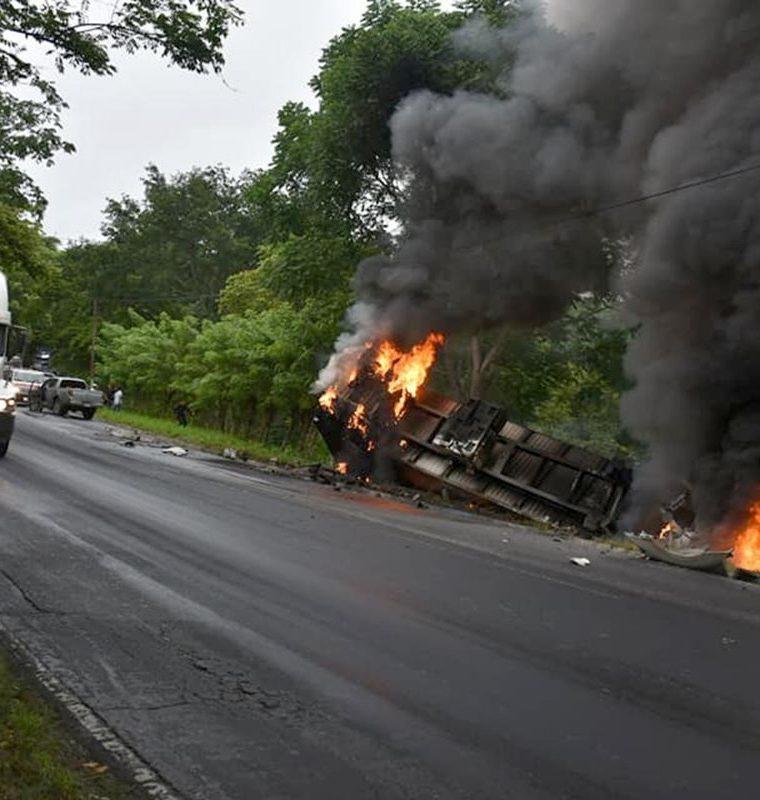 Por el accidente en la cuesta de El Manacal, kilómetro 193 de la ruta al Atlántico, Los Amates, Izabal, el tráfico fue lento. (Foto Prensa Libre: Dony Stewart)