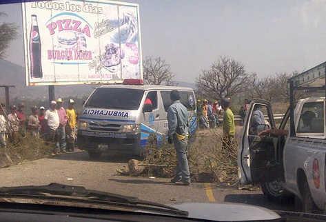 Campesinos impiden el paso de todo vehículo a Jalapa. (Foto Prensa Libre: Mynor Toc)