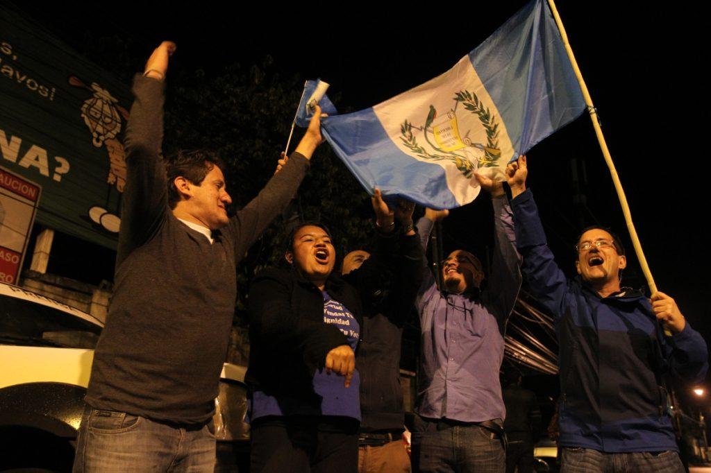 Frente a tribunales también había gente celebrando.