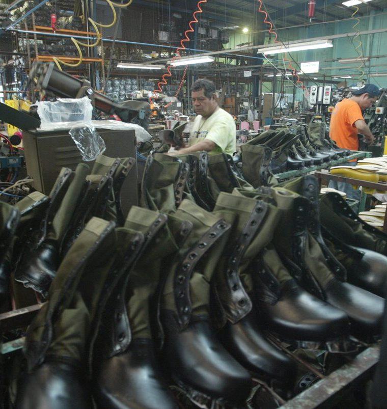 Botas, chalecos y prendas de uniformes militares se fabrican en la Industria Militar. (Foto Prensa Libre: Hemeroteca PL)
