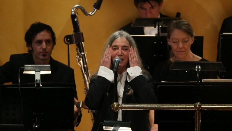 Patti Smith había elegido una canción propia para la ceremonia, luego la cambió por uno de los éxitos de Bob Dylan. (Foto Prensa Libre: AFP)