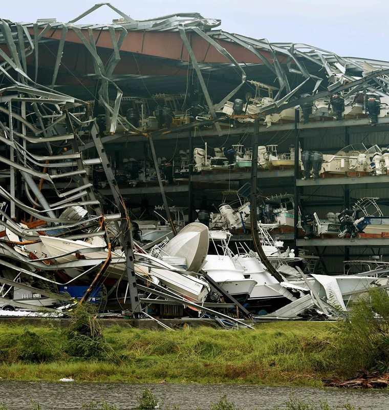 Varios barcos quedaron dañados luego del paso del huracán Harvey en Rockport, Texas.(AFP).