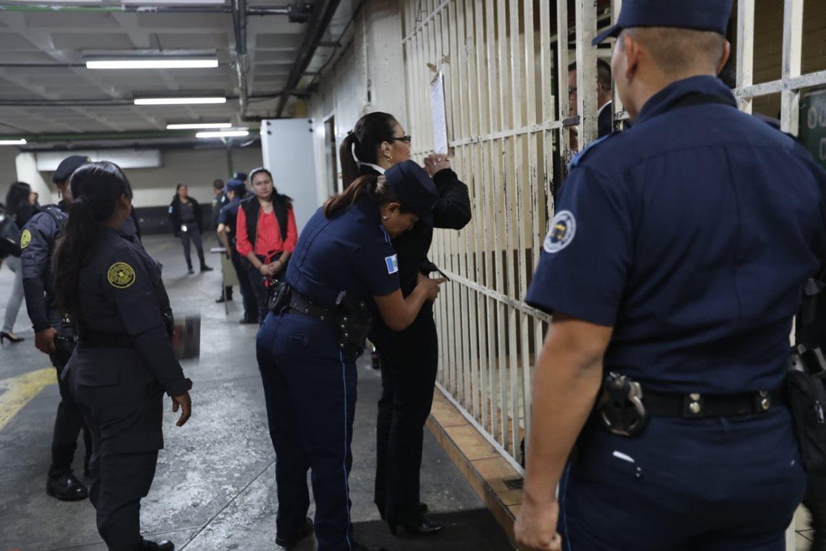 Una guardia del Organismo Judicial registra a Roxana Baldetti antes de que suba a la sala de debate. (Foto Prensa Libre: Érick Ávila)