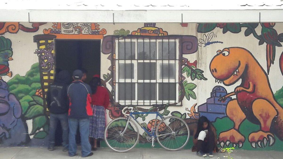 Transportistas y pobladores se reunieron con los integrantes de la alcaldía comunitaria para resolver el problema. (Foto Prensa Libre: María José Longo).