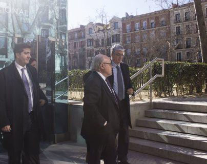 Carlos Vielman sale de la Audiencia Nacional Española donde se lleva a cabo el juicio.(Foto Prensa Libre: Ximena Villagrán)