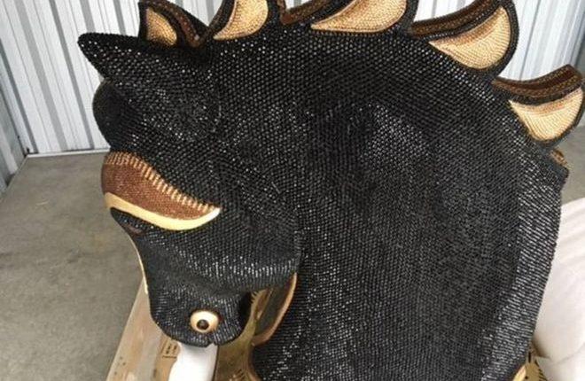 La droga, con un precio de venta de US$10 millones, fue descubierta dentro de la estatua del caballo cubierto de diamantes. AFP