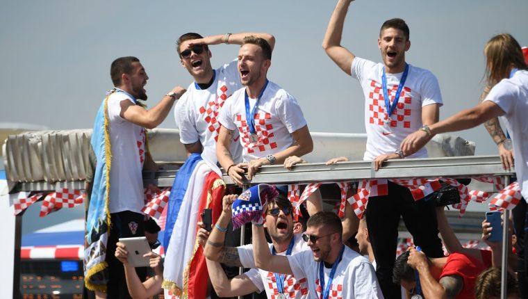 Los jugadores croatas festejan con la afición de su país el subcampeonato en Rusia 2018. (Foto Prensa Libre: AFP).