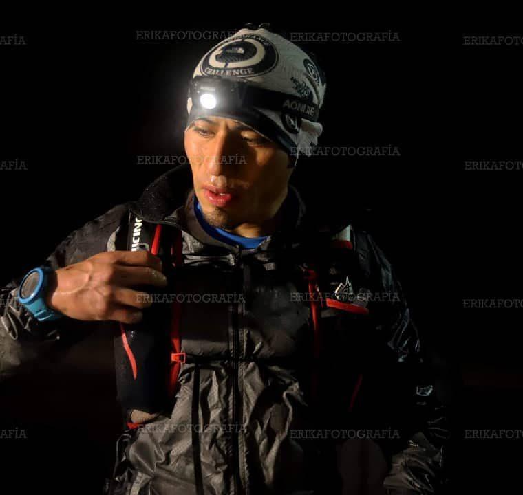 En uno de los campamentos ubicados en la ruta, Erick Ajtun, recibe hidratante. (Foto Prensa Libre: Cortesía Erika Fotografía)