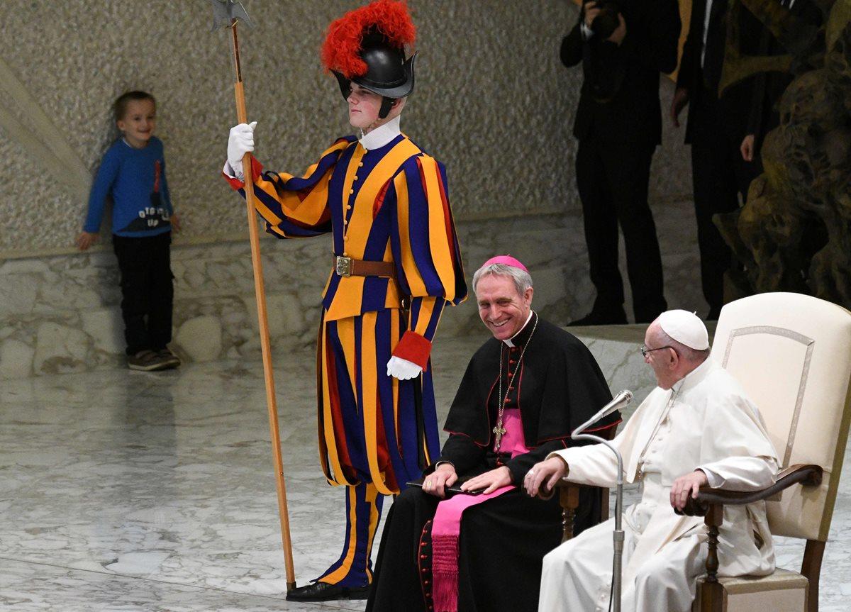 El niño camina por los alrededores en el aula Pablo Sexto en el Vaticano.