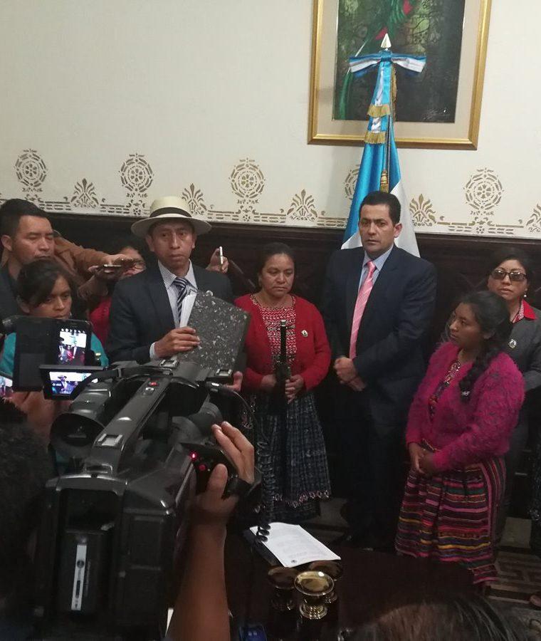 Autoridades de 48 Cantones entregaron al presidente del Congreso el peticionario para que renuncien sus diputados. (Foto Prensa Libre: Carlos Álvarez)
