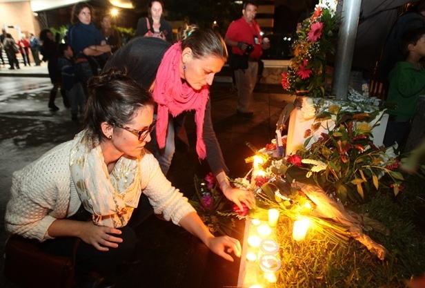 Momento en que los asistentes rinden tributo a los fallecidos en París, Francia. (Foto Prensa Libre: Álvaro Interiano)
