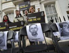 Un grupo de personas protesta frente a al embajada de México en Reino Unido. (Foto Prensa Libre: AFP).