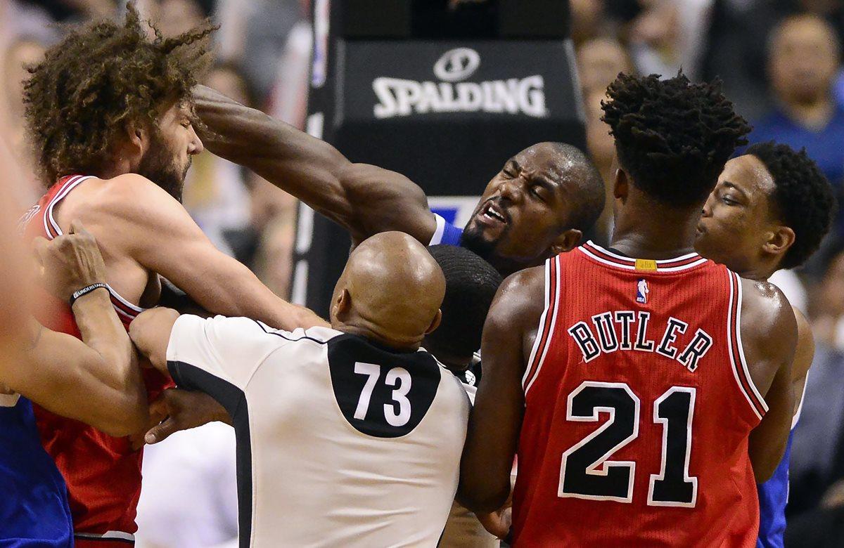 Serge Ibaka de Toronto Raptors (centro) tuvo una escena violenta con Robín López de Chicago Bulls el martes pasado. (Foto Prensa Libre: AP)