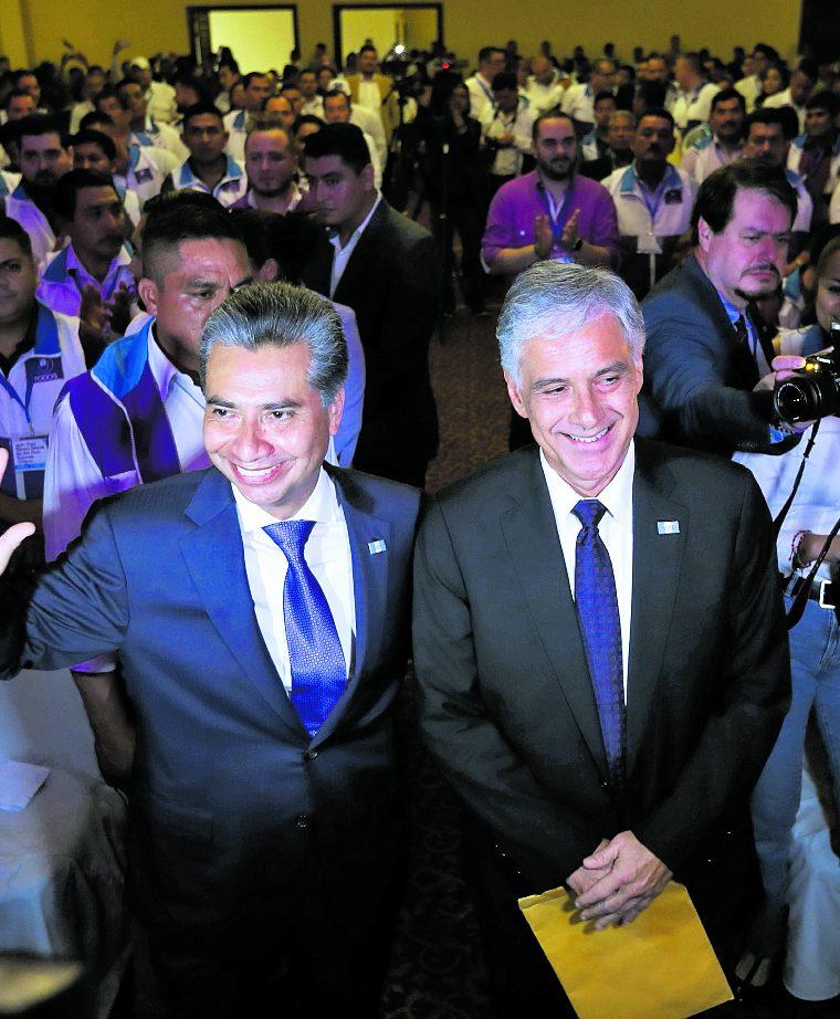Fredy Cabrera (izquierda) y Ricardo Sagastume (derecha) son proclamados como presidente y vicepresidente respectivamente, durante asamblea Nacional del partido político TODOS, actividad que se llevó a cabo en el Hotel Conquistador. (Foto Prensa Libre: Hemeroteca PL)