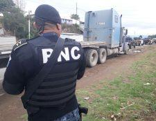 Más de US$1 millón fueron decomisados en un tráiler interceptado por la PNC en un tramo de la ruta Interamericana, en Quiché. (Foto Prensa Libre: PNC)