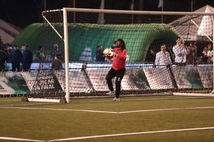 René Higuita controla la pelota durante el calentamiento.