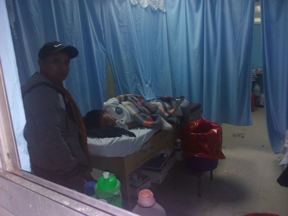 Un grupo de 13 niños de la Escuela Central jornada vespertina de Nebaj, Quiché, sufrieron intoxicación. (Foto Prensa Libre: Héctor Cordero)