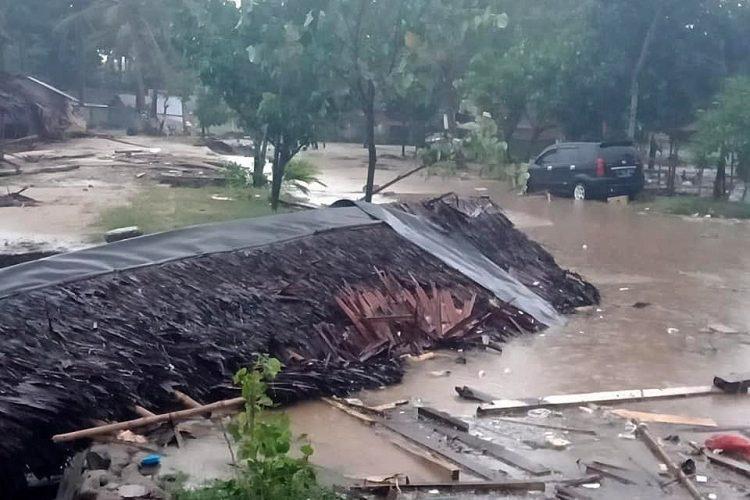 En esta fotografía se observa una casa en ruinas, después del impacto del tsunami en Sunda, Baten, Indonesia.