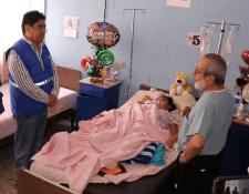 Jordán Rodas Andrade, procurador de los Derechos Humanos, habla con los médicos que cuidan a un paciente, que llegó con una herida de arma de fuego. (Foto Prensa Libre: Hugo Oliva)