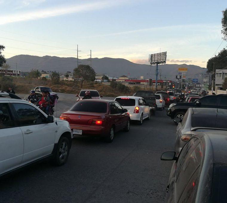 Los agentes recomiendan a la población salir con tiempo y tomar vías alternas en los puntos con mayor tránsito. (Foto Prensa Libre: Cortesía)