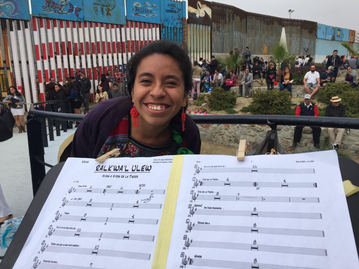 Sara Curruchich participó con su arte en un concierto fronterizo contra la política inmigrante de Donald Trump. (Foto Prensa Libre, cortesía de Sara Curruchich)
