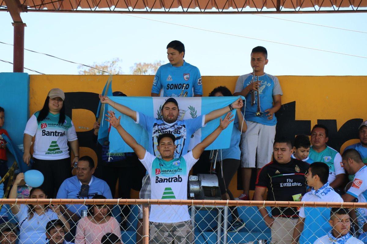 Aficionados de Sanarate llevaron banderas en apoyo a la causa futbolística. (Foto Prensa Libre: Hugo Oliva)