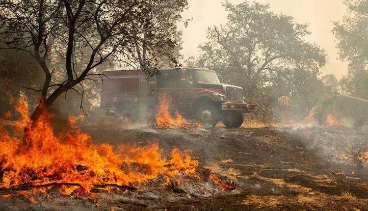 Bomberos combaten el fuego de los incendios en California. (Foto Prensa Libre: Hemeroteca)
