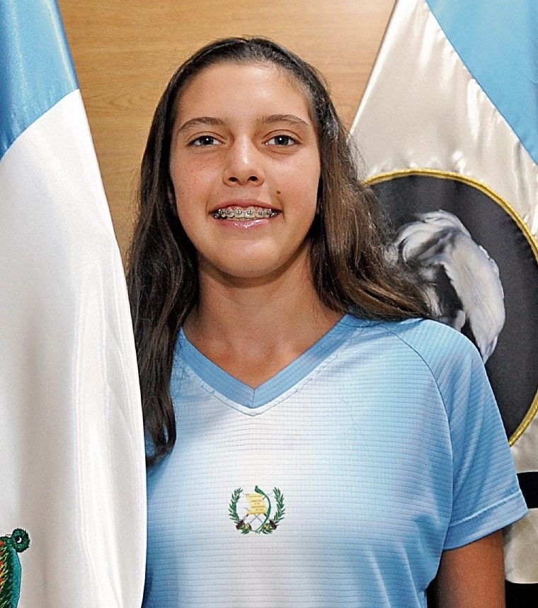 La tenista juvenil guatemalteca Gabriela Rivera, coparece durante la conferencia en la cual los organizadores presentan hoy martes 6-6-2017, la 26 edición de la Copa Mundo Maya de tenis, la cual se llevará a cabo a partir de la próxima semana en el Club Alemán. (Foto Prensa Libre: Francisco Sánchez).
