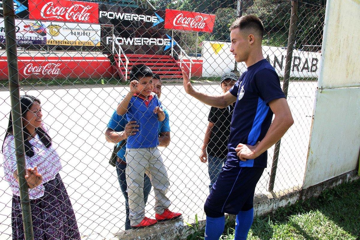 Ángel Cabrera saludó al pequeño Jesús Cha, después del entrenamiento en el estadio Verapaz. (Foto Prensa Libre: Eduardo Sam Chun)