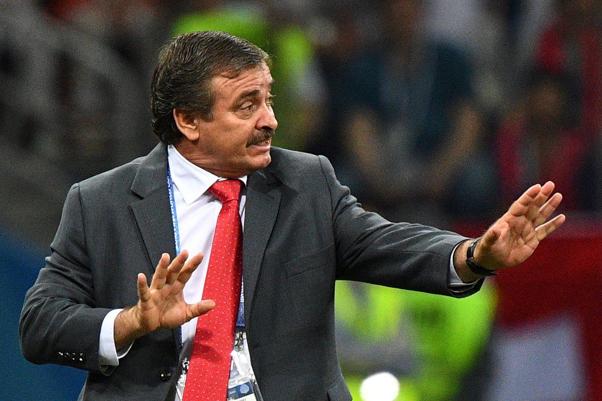 Óscar Ramírez, técnico de Costa Rica, da indicaciones durante el juego contra Suiza. (Foto Prensa Libre: AFP)