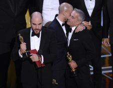 """Jordan Horowitz, izquierda, acepta erróneamente el premio a mejor película en los Óscar. Minutos después se determina que la verdadera ganadora es """"Moonlight"""" (Foto Prensa Libre: Chris Pizzello/AP)."""