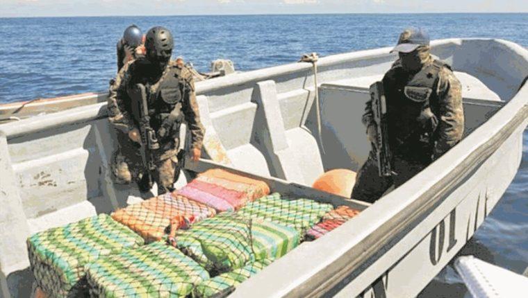 Miembros del Ejército de Guatemala trasladan paquetes con droga decomisados en aguas del Pacífico en el 2017. (Foto Prensa Libre: Hemeroteca PL).