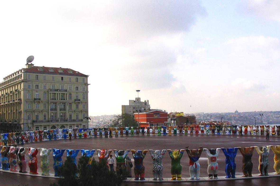 La exposición de osos en Estambul, en el 2004. (Foto Prensa Libre: United Buddy Bears)
