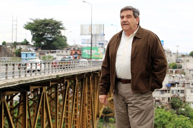 Óscar Roberto Peralta, exrepresentante del Grupo Fénix, S. A., captado en el puente Belice, por el que tiene litigio con el Estado. (Foto Prensa Libre: Carlos Hernández Ovalle)